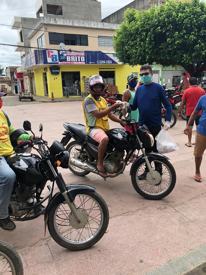 Distribuição de máscaras para os mototaxistas, população e orientando-os sobre a necessidade e importância do uso