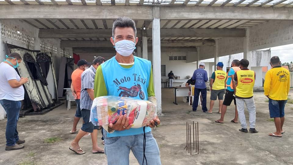 Distribuição  kits de alimentos para taxistas e mototaxistas